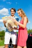 Los pares jovenes con el cabriolé en verano el día disparan Fotos de archivo libres de regalías