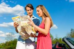 Los pares jovenes con el cabriolé en verano el día disparan Imágenes de archivo libres de regalías