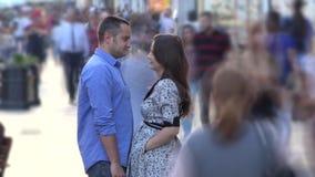 Los pares jovenes de los amantes todavía se colocan juntos en centro de la calle apretada rápida, timelapse almacen de metraje de vídeo