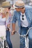 Los pares jovenes de la cadera que van para una bici montan Imagen de archivo