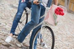 Los pares jovenes de la cadera que van para una bici montan Imagenes de archivo