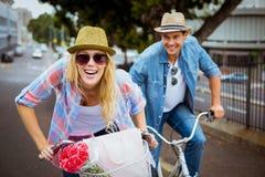 Los pares jovenes de la cadera que van para una bici montan Fotografía de archivo