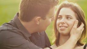 Los pares jovenes de la novia del novio en amor parquean la cámara lenta de la puesta del sol almacen de video