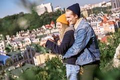 Los pares jovenes de viajeros están abrazando en la colina foto de archivo libre de regalías