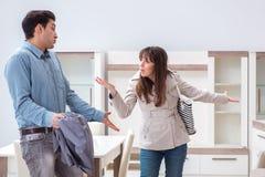 Los pares jovenes decepcionados con precio en tienda de muebles imagenes de archivo