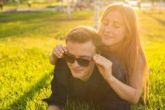 Los pares jovenes del adolescente se divierten en un prado Foto de archivo libre de regalías