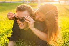 Los pares jovenes del adolescente se divierten en un prado Imagen de archivo libre de regalías