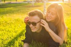 Los pares jovenes del adolescente se divierten en un prado Fotos de archivo