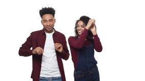 Los pares jovenes del attractivie afroamericano de la cámara lenta gozan el bailar en el fondo blanco del estudio metrajes