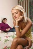 Los pares jovenes discuten en dormitorio Fotos de archivo libres de regalías