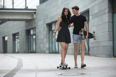 Los pares jovenes en el amor de adolescentes elegantes montan Imagenes de archivo