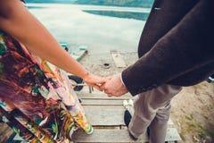 Los pares jovenes en el amor que camina cerca rive Fotografía de archivo libre de regalías