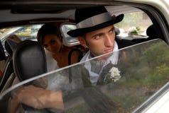 Los pares jovenes en el coche fotos de archivo