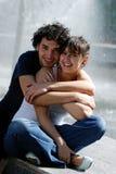 Los pares jovenes en la calle fotografía de archivo libre de regalías