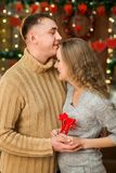 Los pares jovenes encendido celebran día del ` s de la tarjeta del día de San Valentín Fotos de archivo libres de regalías