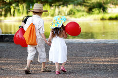 Los pares jovenes entran en parque Foto de archivo libre de regalías