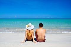 Los pares jovenes felices el vacaciones de verano vacation en la playa tropical Fotografía de archivo