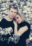 Los pares jovenes felices en amor en primavera cultivan un huerto Fotografía de archivo