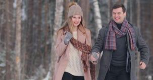 Los pares jovenes felices en invierno estacionan divertirse Familia al aire libre Amor almacen de video