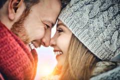 Los pares jovenes felices en invierno parquean la risa y divertirse Familia al aire libre Cierre para arriba foto de archivo libre de regalías