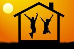 Los pares jovenes felices, la familia se trasladaron a su propio nuevo hogar en el ejemplo del vector de la puesta del sol Foto de archivo libre de regalías