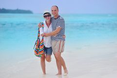 Los pares jovenes felices se divierten en la playa Fotografía de archivo