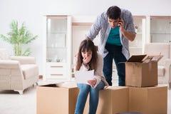 Los pares jovenes que reciben la letra del aviso de la ejecución de una hipoteca imágenes de archivo libres de regalías