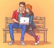 Los pares jovenes que se sientan en un banco y escuchan la música Imagen de archivo