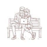 Los pares jovenes que se sientan en un banco y escuchan la música Imagen de archivo libre de regalías