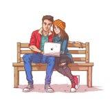 Los pares jovenes que se sientan en un banco y escuchan la música Imágenes de archivo libres de regalías