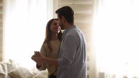 Los pares jovenes románticos felices disfrutan de danza lenta en sala de estar almacen de video