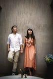 Los pares jovenes románticos llevan a cabo sus manos en cuarto de baño Imágenes de archivo libres de regalías