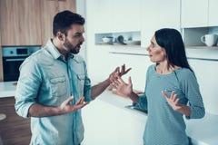 Los pares jovenes tienen desacuerdo en cocina en casa fotografía de archivo libre de regalías