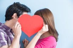 Los pares jovenes toman el corazón imagenes de archivo