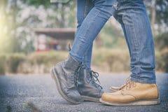 Los pares juntan besarse al aire libre - los amantes una fecha romántica, besan a su hombre fotografía de archivo
