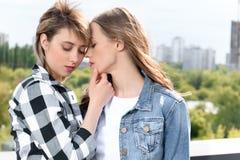 Los pares lesbianos que abrazaban el abarcamiento y capaz de besarse con los ojos se cerraron Imagen de archivo libre de regalías