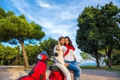 Los pares libres felices de la libertad que conducen la vespa emocionada el vacaciones de verano vacation Imagenes de archivo