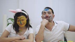 Los pares lindos y adorables volvieron a la niñez Los pares están haciendo expresiones faciales divertidas El marido hermoso es