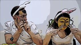 Los pares lindos y adorables volvieron a la ni?ez El hombre est? sosteniendo dos brochas en sus manos y una mujer se est? sosteni