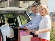 Los pares maduros acercan al coche Imagen de archivo libre de regalías