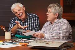 Los pares mayores eligen las fotos para el álbum Imágenes de archivo libres de regalías