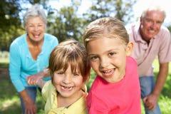 Los pares mayores en país recorren con los nietos Fotografía de archivo libre de regalías