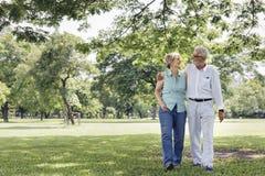 Los pares mayores relajan concepto de la forma de vida imagen de archivo