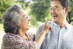 Los pares mayores relajan concepto de la forma de vida foto de archivo libre de regalías