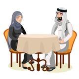 Los pares musulmanes se sientan juntos en la tabla juntos Foto de archivo