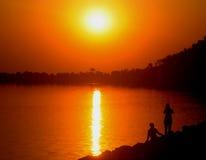 Los pares por el lago Fotos de archivo libres de regalías