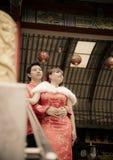 Los pares preciosos con el traje del qipao abrazan en temple2 chino Imágenes de archivo libres de regalías