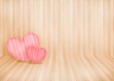 Los pares preciosos pican el corazón en el fondo y el copyspace de madera de la pared Foto de archivo libre de regalías