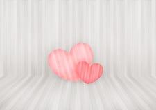 Los pares preciosos pican el corazón en el fondo y el copyspace de madera de la pared Fotografía de archivo libre de regalías