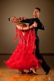 Los pares profesionales de la danza de salón de baile preforman una danza de la exposición Fotografía de archivo